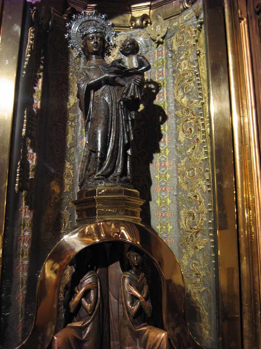 статуя черной Мадонны